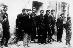 SAn Martino - Un gruppo di combattenti prima della fucilazione alle 'alle casermette'picccola